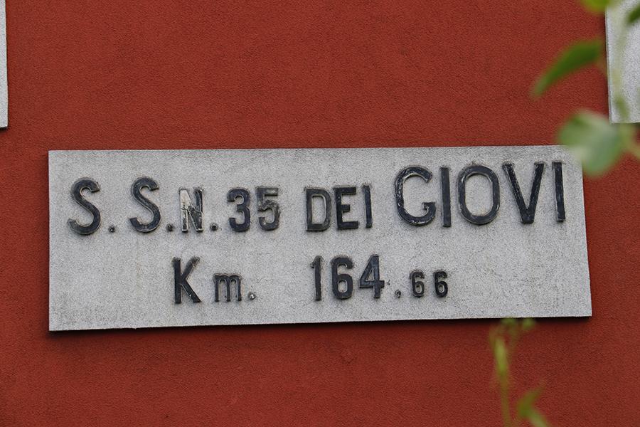 カーザ・カントニエラの外壁には、国道の番号や起点から距離が掲げられている。