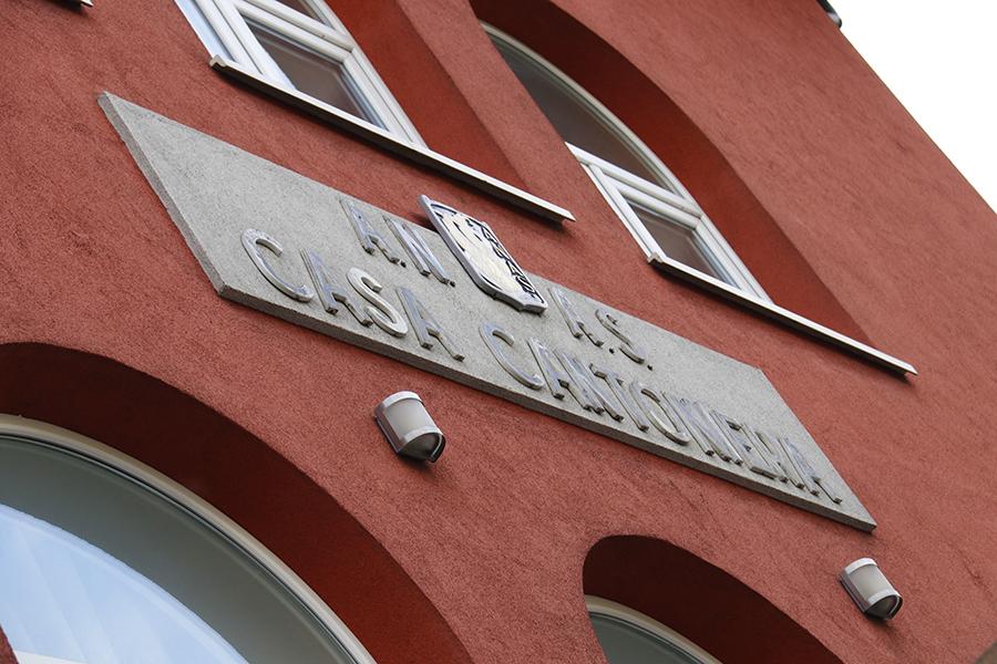 カーザ・カントニエラを示す石板。