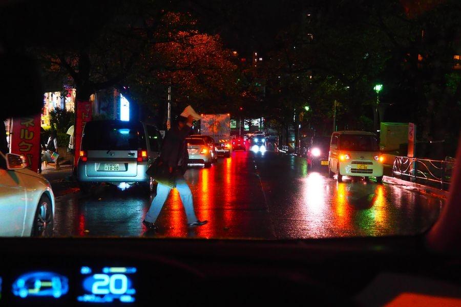 「雨の日、夜の運転」は細心の注意で くるくら