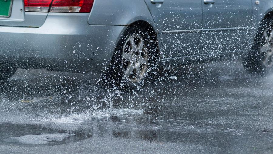 水はね|泥はね|運転違反|道路交通法|水をはねるクルマのイメージ
