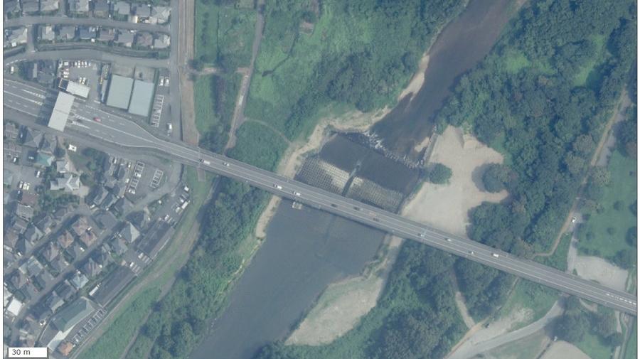 入間川を渡る狭山環状有料道路の狭山大橋(出典:国土地理院)