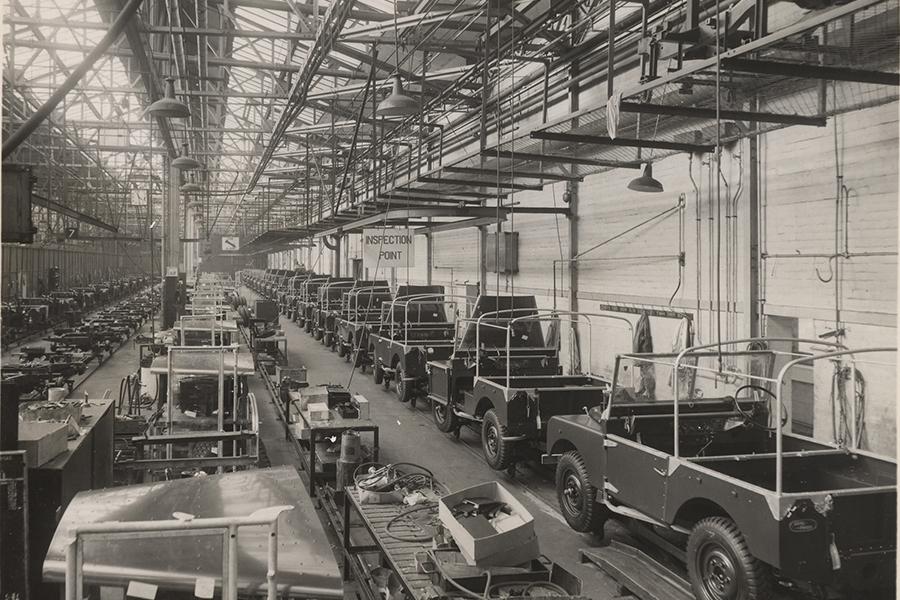 1950年代前半と思われるソリハル工場の内部。生産ラインはあるものの、基本的に手造りで、右側に半完成車が並ぶ。左側にあるのはアルミ製のボンネットか。