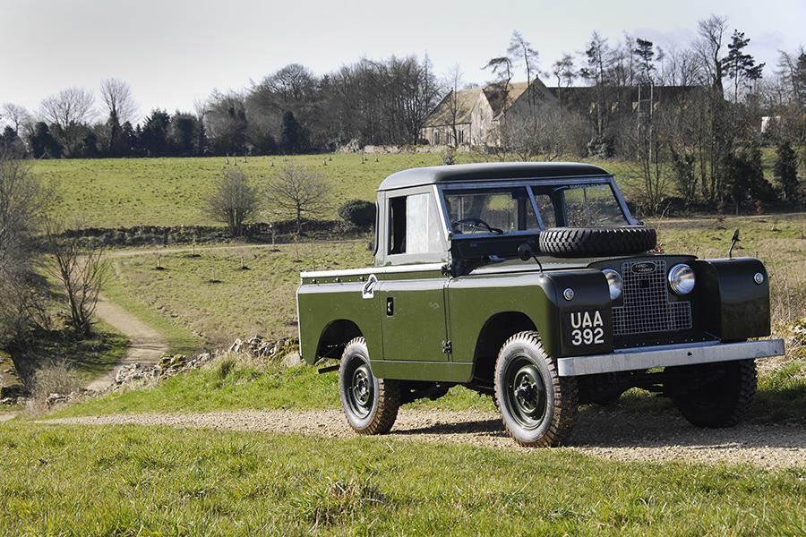 1952年に登場したシリーズⅡ、88インチホイールベースのピックアップ。ボディサイドのプレスラインが入るなど、デザインはシリーズⅠより洗練された。