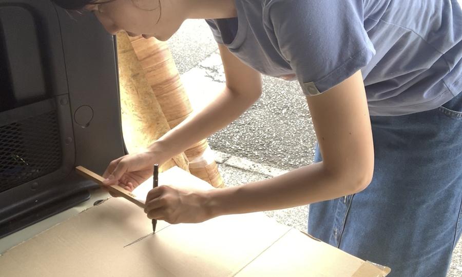 棒の先端をクルマの壁面に、もう一方の先端はペンを当てます。ゆっくり車の壁面に沿わせながら棒を動かしていくと、ぴったりの型紙を描くことができます!