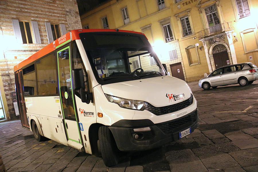 シエナ旧市街の広場で夜、出発時刻を待つミニブス。シットカー社製の「シティツアー」というモデルである。