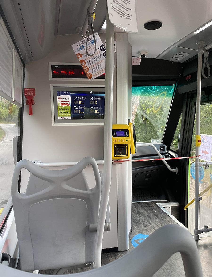 ミニブスの車内。2020年から前部ドアの乗降は禁止された。そのためテープで遮断されている。黄色い機器は乗車券の日付・時刻印字機。