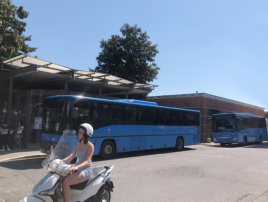 郊外と市街地を結ぶバス(インテルウルバーノ)は、一般的にブルーの車体色をもつ。