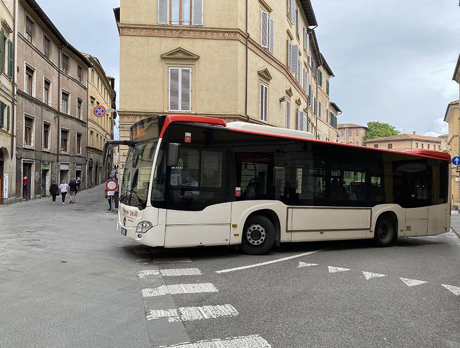 シエナにて。一般の路線バスは輸送力があるものの、歴史的旧市街での取り回しは楽でない。
