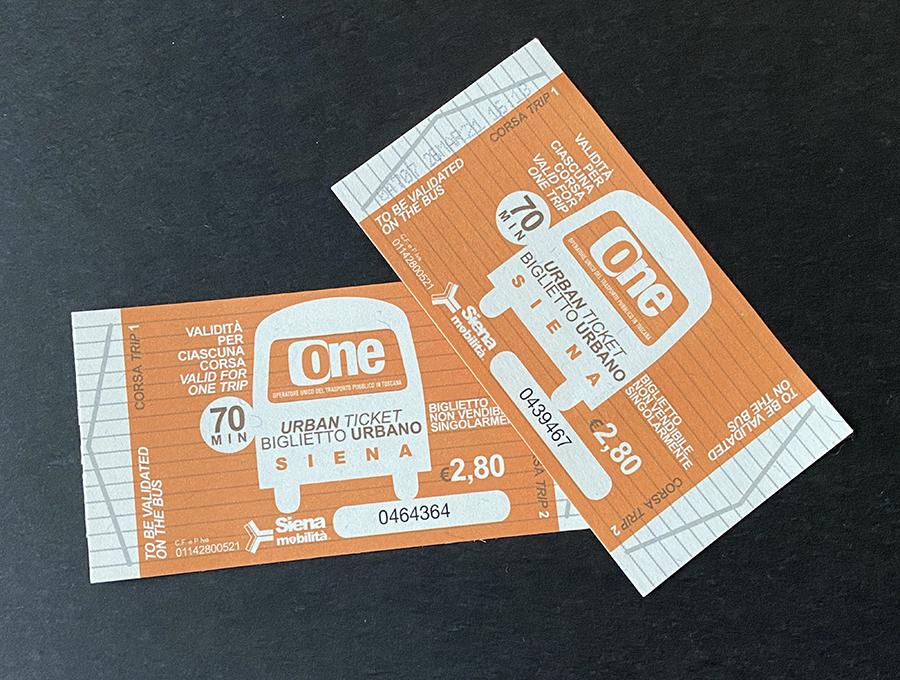バス乗車券の一例。これはシエナの回数券。お客が印字機に差し込むと、右の1枚のように日時時刻が印刷される。