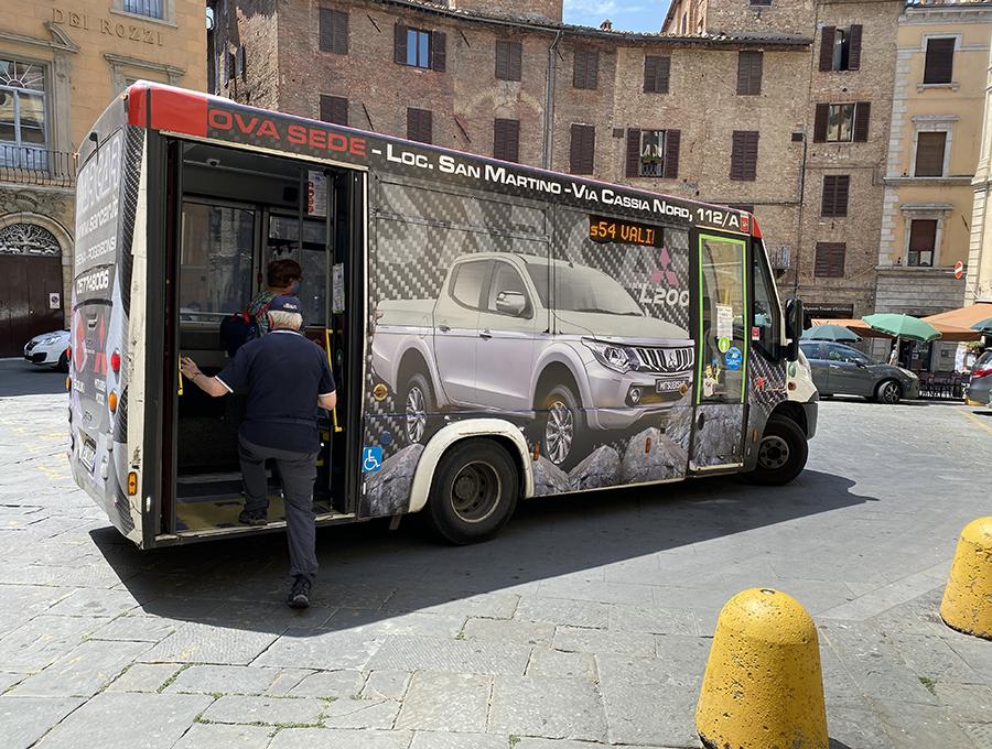 ラッピング広告は、地元バス会社の大切な収益源である。ただし、あまり貼りすぎて路線バスかどうかわからなくなってしまう。