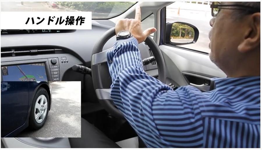菰田潔のなるほど運転レッスン(第5回):アクション1でハンドルを右に切る時は、左手の親指をリムの外側に出して、小指と薬指でしっかりとリムを持って切っていきましょう