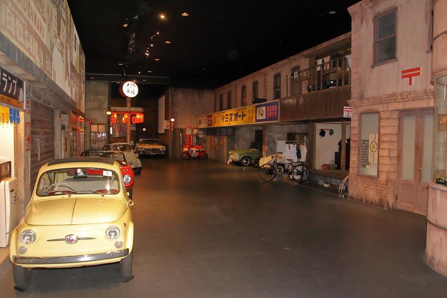 メガウェブのヒストリーガレージ内は昭和の雰囲気をイメージした作り。そこに国内外の往年の名車などが展示されている。