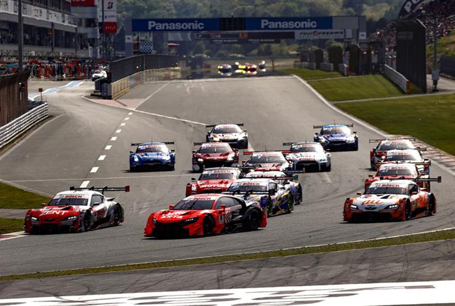 GT500クラスとGT300クラスが一緒に走るレースは迫力も魅力も満点!
