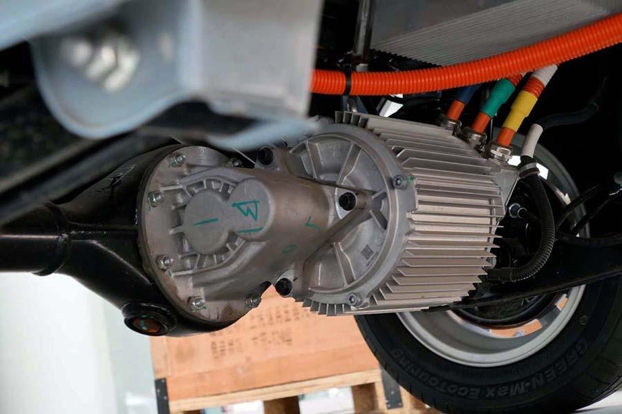 リアデフギアボックスに直接取り付けられていた電動モーター。ベース車のFR機構をそのまま活かすことでコスト削減につながっているようだ
