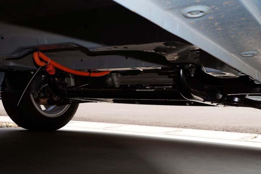 ベース車のFR仕様ではここにプロペラシャフトが通っていたが、その場所はバッテリーの収容スペースに使われている。写真ではバッテリーが取り外されている