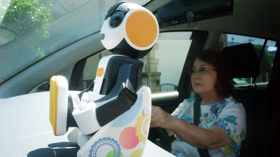 名古屋大学、シャープ、ポットスチルの3者は、8月30日からシャープ製モバイル型ロボット「ロボホン」を用いた運転支援の実証実験を行うことを発表した。(画像出典:シャープWebサイト)