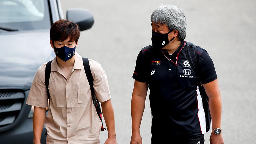 デビューイヤに鈴鹿への凱旋が叶わなかった角田裕毅(左)と、ラストイヤーの鈴鹿で雄姿をファンに見せることができなかったホンダF1の山本雅史マネージングディレクター(右)