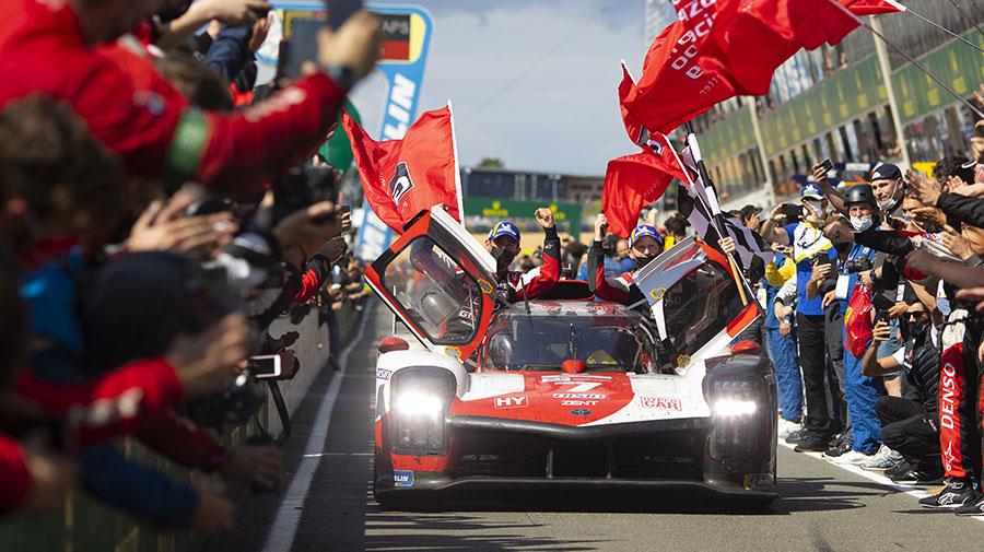 優勝し、ピットレーンをパレードするトヨタGR010ハイブリッドの7号車
