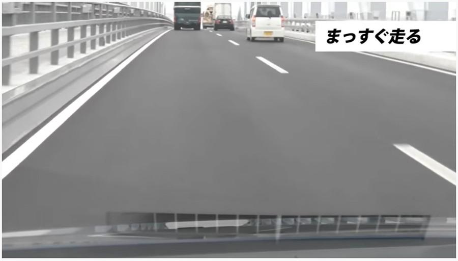 走行中は、ドアミラーを確認して自分のクルマの車体と白線の間隔を確認するようにしましょう