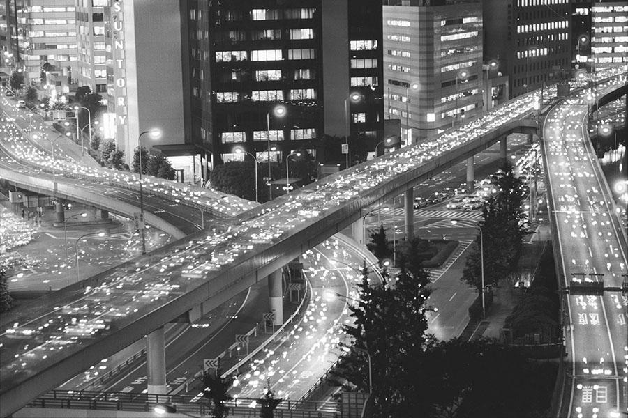 三宅坂トンネル付近の首都高速道路の夜景。1989年7月1日撮影(写真提供=東京都)