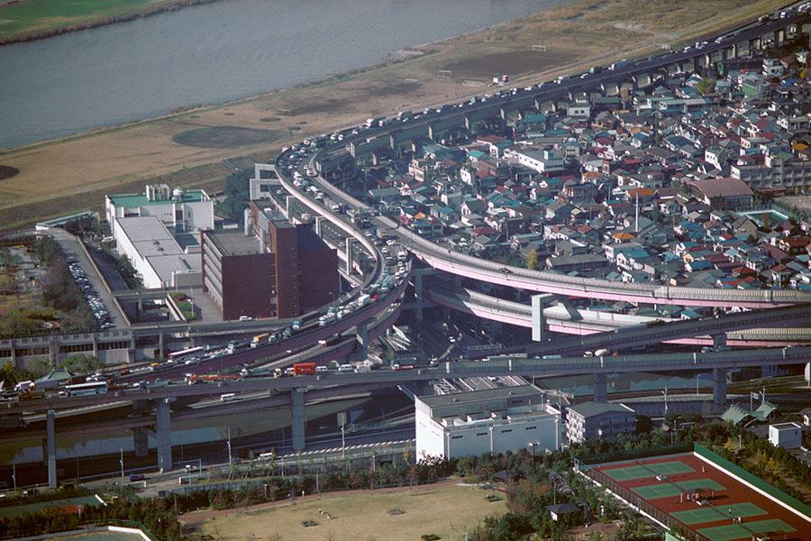1990年12月3日に撮影された首都高速の小菅ジャンクション付近。(写真提供=東京都)