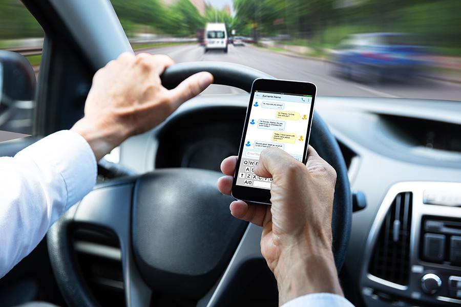 交通事故に直結! 運転中、歩行中の「ながらスマホ」は絶対にやめましょう!