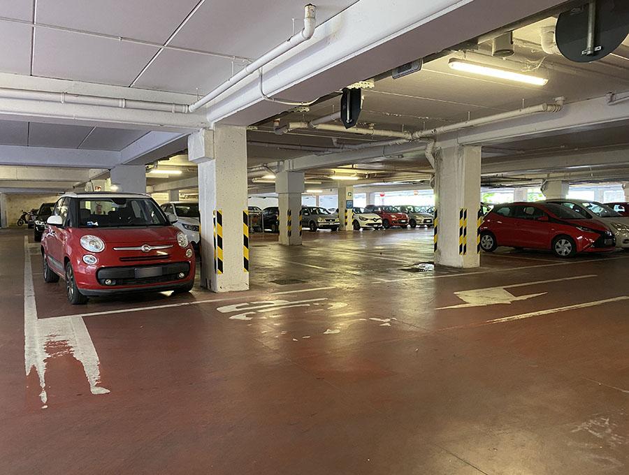 イタリア・シエナのスーパーマーケット駐車場にて(以下、写真内の駐車場がBGMを放送しているとは限りません)