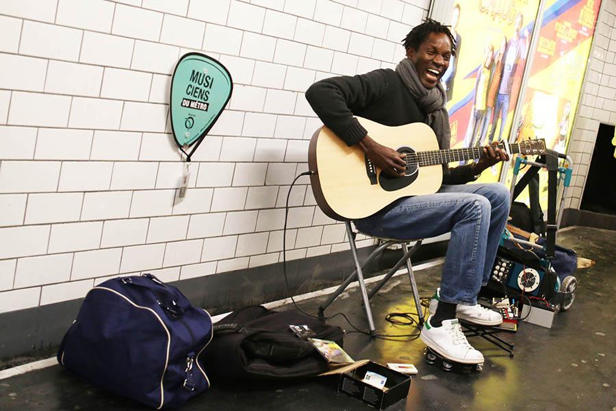 パリ地下鉄アール=ゼ=メティエ駅構内で演奏中の公認ミュージシャン、ペドロ・コヤテさん。