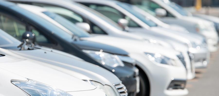 真夏の炎天下では、車内温度はわずか10分で高温に上昇する。