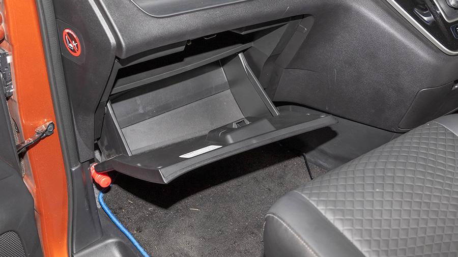 車はグローブボックスの奥にエアコンフィルターが収納されている