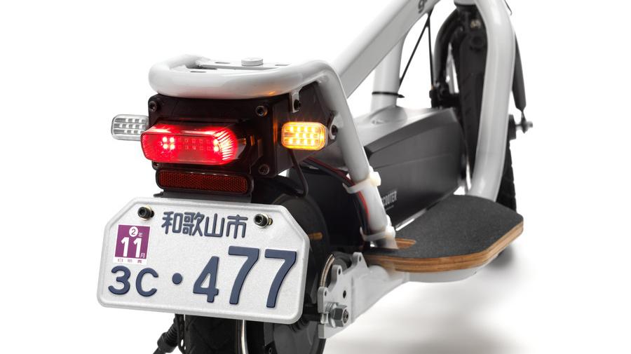 X-SCOOTER LOMの後方部:ヘッドライト、ミラー、ウィンカーなど保安部品ももちろん付属している。