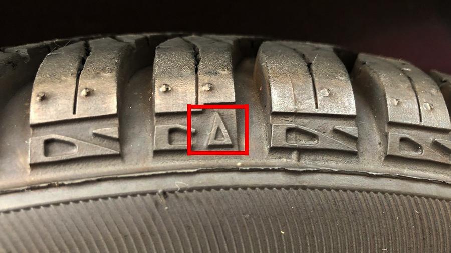 タイヤ表示の見方:三角形マークの延長線上にスリップサインがある。