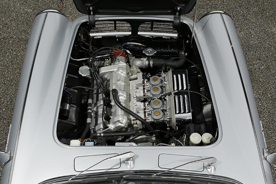 F1エンジンのミニチュアのようだといわれたスポーツ360のDOHC4気筒4キャブレターエンジン。356ccから33ps以上/9000rpmのパワーを出すとされた。