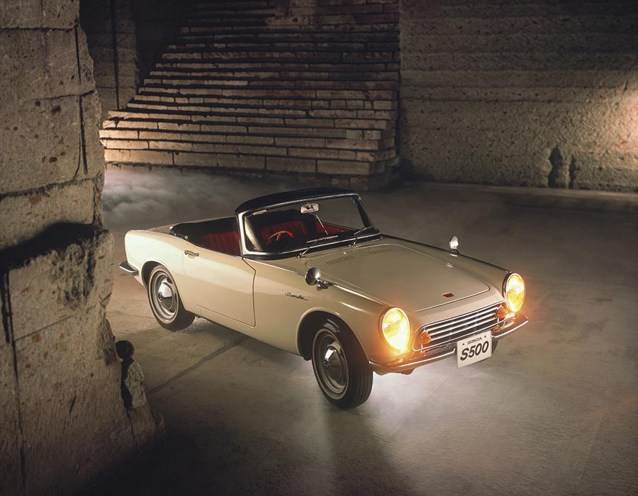 初の市販型ホンダスポーツ、S500。軽自動車規格に収める必要がないため、ボディサイズは3300×1400×1200㎜に拡大されている。