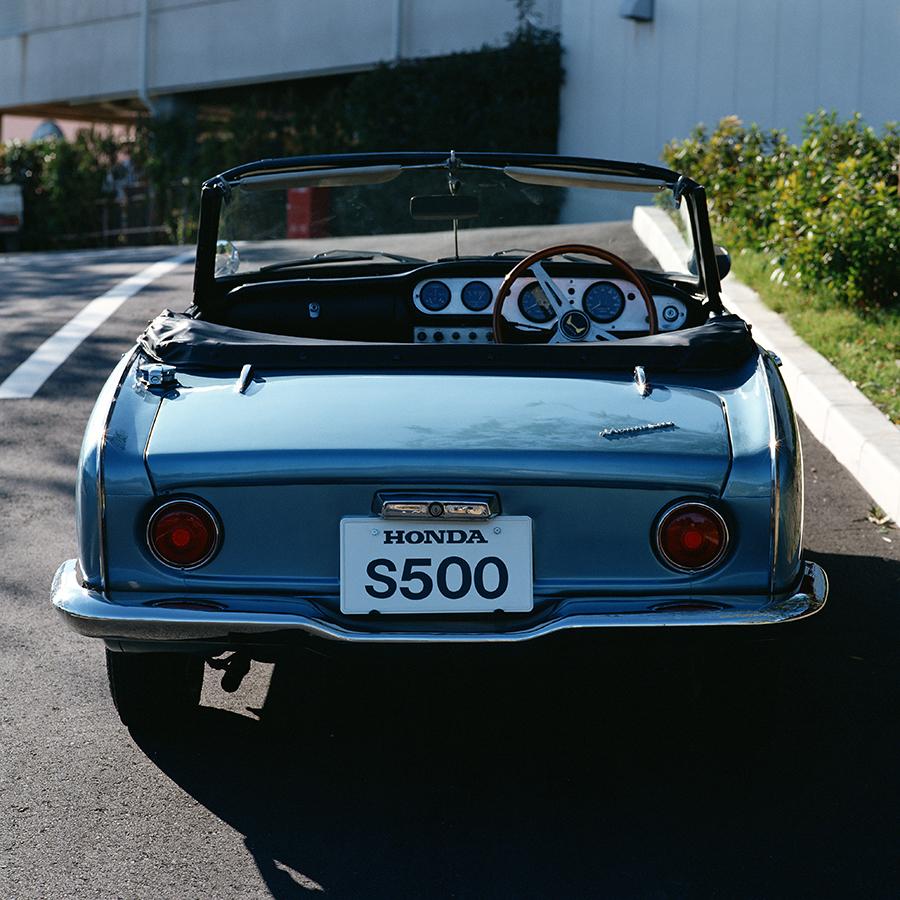 S500とS600のテールランプはシンプルな丸形。シルバーのダッシュボードにウッドリムステアリングが標準装備。