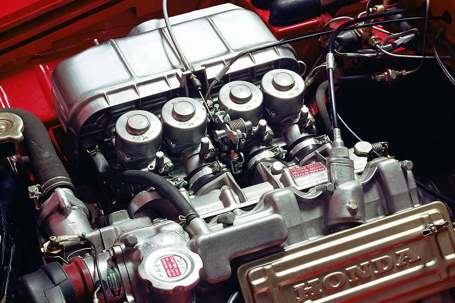 S800Mのエンジン。基本構成は360やS500から変わらず、オールアルミ製DOHC4気筒で、4基のCVキャブレターを備える。791cc、70ps/8000rpm。